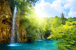 Фотографии Водопады Лето Реки Лучи света Природа