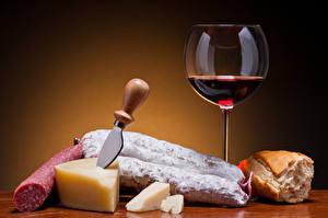 Обои Вино Колбаса Сыры Хлеб Ножик Цветной фон Бокалы Продукты питания