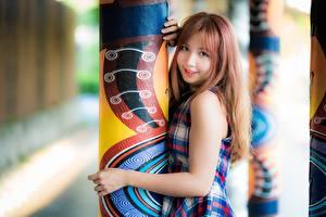 Картинки Азиатка Милые Взгляд Колонна Рыжих Руки девушка