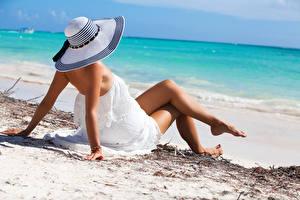 Картинка Пляж Шляпа Платья Ног Рука Лежат Поза Девушки