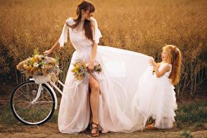 Фото Букеты Шатенки Невесты Платье Девочка Радость Велосипед Девушки Дети