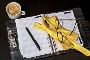 Фотография Кофе Часы Наручные часы Блокнот Шариковая ручка Галстук Очков Кружка