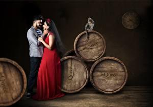 Обои Любовники Бочка Кошка Мужчины Вдвоем Брюнетка Платье Свидание indian девушка