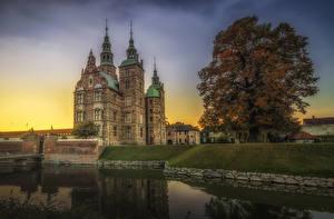 Обои Дания Копенгаген Замок Пруд Рассветы и закаты Дерева castle Rosenborg город