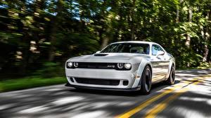 Фото Dodge Белые Едущий Challenger 2018 Hellcat SRT Widebody Автомобили