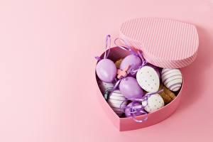 Фотографии Пасха Коробка Цветной фон Яйцами Сердце