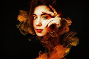 Картинки Пальцы На черном фоне Лицо Смотрят Кольца Фэнтези Девушки