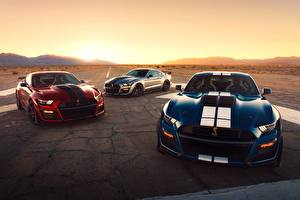 Фото Ford Втроем Полосатая Mustang Shelby GT500 2020 автомобиль