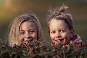 Картинка Голова Две Девочки Мальчишка Взгляд Счастливые Дети