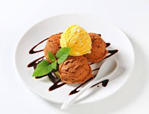 Обои Мороженое Шоколад Белом фоне Тарелка Шарики Ложки Еда