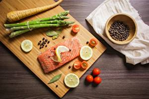 Фотография Лимоны Томаты Специи Рыба Лососи Разделочная доска Нарезанные продукты Еда