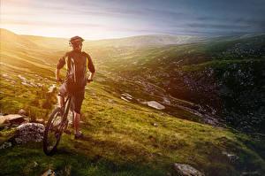 Фото Мужчины Велосипеды Вид сзади Шлема Холм спортивная