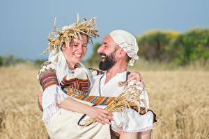 Фотографии Мужчины Поля Пшеница Двое Смеются Радостная Борода Венок Девушки