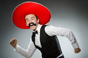 Картинка Мужчина Серый фон Счастливый Усами Шляпа Руки Sombrero