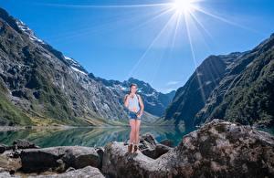 Картинки Гора Камни Озеро Утес Лучи света Природа Девушки