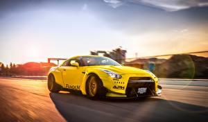 Картинка Nissan Стайлинг Желтая Едет GT-R Liberty Walk Pandem Автомобили
