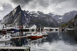 Фото Норвегия Пристань Озеро Горы Катера Скала Reine, Lofoten Islands Природа
