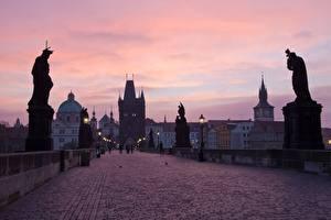 Обои Прага Чехия Мост Скульптура Вечер Карлов мост Уличные фонари