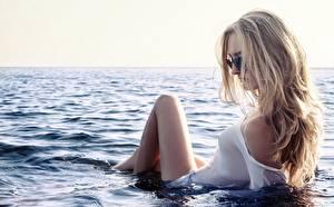 Фотография Море Вода Блондинка Очки Мокрые Девушки