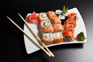 Фотографии Морепродукты Суши Рыба Рис Икра Серый фон Тарелке Палочки для еды Пища