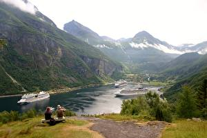 Фото Корабль Круизный лайнер Горы Норвегия Скамейка Трава Сидит Geirangen, Fjord Природа