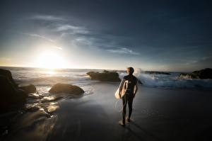Обои для рабочего стола Камень Рассветы и закаты Мужчины Серфинг Пляжа спортивная