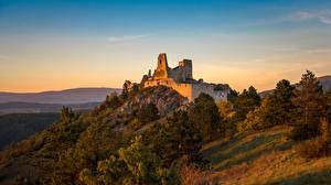 Картинка Рассвет и закат Замок Развалины Словакия Холм castle of Cachtice Города