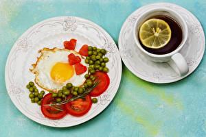 Фото Чай Помидоры Зеленый горошек Завтрак Тарелке Глазунья Чашка Сердце Блюдца Еда