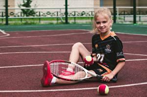 Фотография Теннис Мяч Девочка Улыбка Сидящие Униформа спортивные Дети