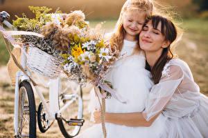 Картинка 2 Шатенки Невеста Девочки Обнимаются Велосипеды девушка Дети