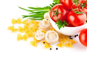 Фотография Овощи Грибы Помидоры Перец чёрный Белым фоном Белый фон Макароны Еда
