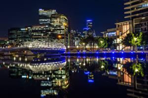 Картинка Австралия Мельбурн Дома Речка Ночь Уличные фонари Отражение
