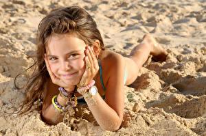 Обои Пляжи Девочка Смотрит Улыбка Рука Песок Шатенки ребёнок