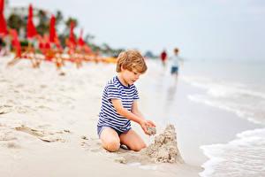 Фотографии Пляже Песке Мальчики Сидит ребёнок