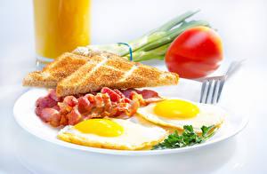 Фотографии Хлеб Бекон Завтрак Яичница Тарелке Вилка столовая