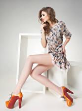 Картинки Шатенки Сидящие Платья Туфлях Ног Поза Девушки