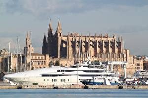 Обои для рабочего стола Собор Яхта Причалы Испания Cathedral of Santa Maria of Palma, Balearic Islands, Palma De Mallorca, island of Mallorca город