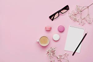Обои Кофе Капучино Цветной фон Лист бумаги Чашке Макарон Очков Карандаши Еда