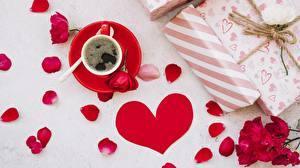 Фотография Кофе День святого Валентина Сердечко Лепестки Чашке Блюдца Подарки Цветы