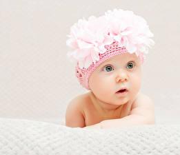 Фотография Цветной фон Младенцы Шапки Смотрит Лицо Дети