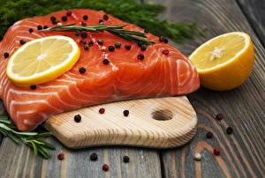 Фотография Рыба Лимоны Перец чёрный Лососи Доски Разделочная доска Еда