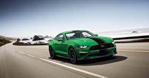 Фотографии Ford Зеленая Едет Полосатая Fastback 2018 Mustang GT