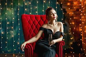 Фотографии Сидя Кресло Гламурная Платья Бокалы Вырез на платье George Dyakov девушка