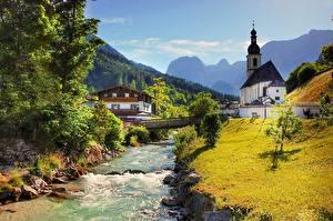 Обои Германия Церковь Мост Река Камень Горы Бавария Деревня Трава Ramsau bei Berchtesgaden Природа