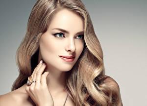 Фотографии Серый фон Волосы Смотрит Руки Кольца Красивые Русые Лицо молодые женщины
