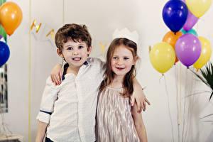Фотография Праздники Два Мальчики Девочки Объятие Воздушный шарик Дети