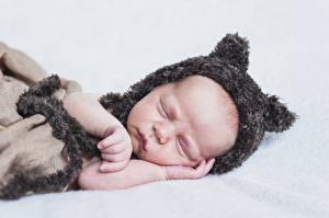 Фотографии Грудной ребёнок Спит Шапки Рука ребёнок
