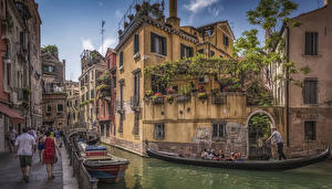 Картинка Италия Дома Причалы Лодки Венеция Водный канал Улица Города