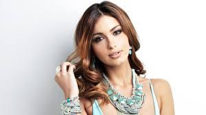 Обои Украшения Ожерелье Шатенки Смотрит Красивая Сером фоне Shiralee Coleman молодые женщины
