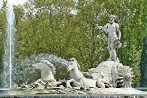Фотографии Мадрид Испания Фонтаны Скульптуры Лошадь Мужчины Корона Neptune город